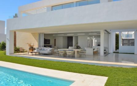 Pool mot trädgård och terrass