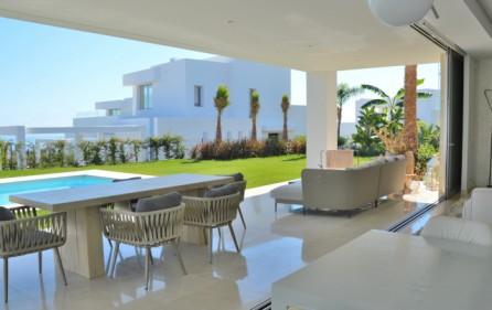 Terrass mot pool och trädgård
