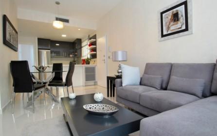 Vardagsrum med öppet kök i lägenhet med 3 sovrum