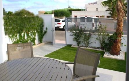 Exempel terrass i markplan med trädgård
