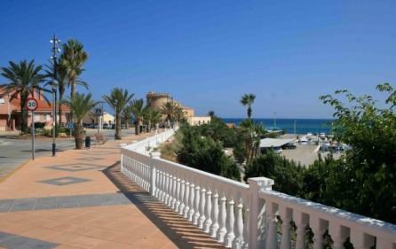 Strandpromenad till marinan i Torre de la Horadada