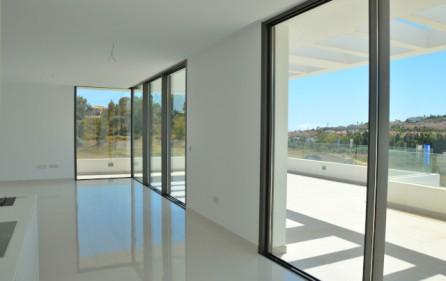 Salongen med de stora fönsterpartierna