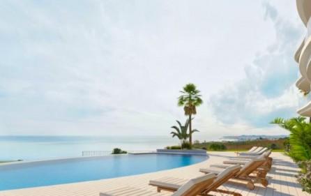 Pool med utsikt mot havet