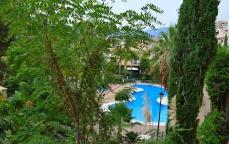 Utsikt mot trädgård och pool