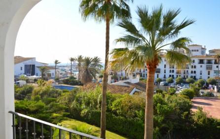 Utsikt mot havet och marinan från terrass