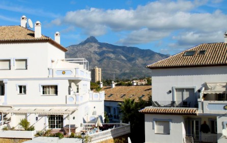 Utsikt mot berg från terrass