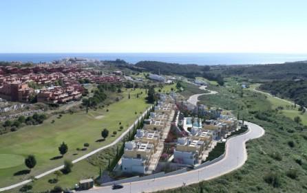Bostadsområdet med utsikt mot golf och hav