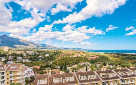 Utsikt mot hav och berg från terrass