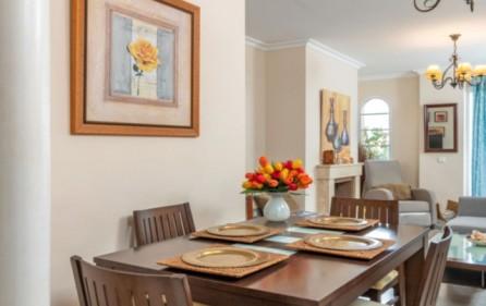 Vardagsrum med öppen spis