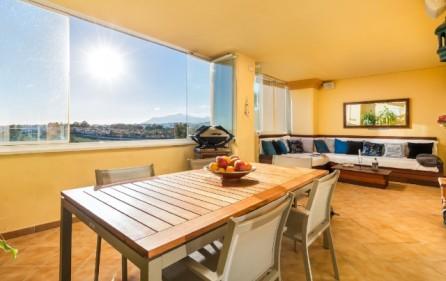 Lounge på terrass med skjutbara glaspartier