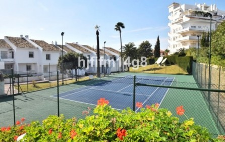 Tennisbana i bostadsområdet