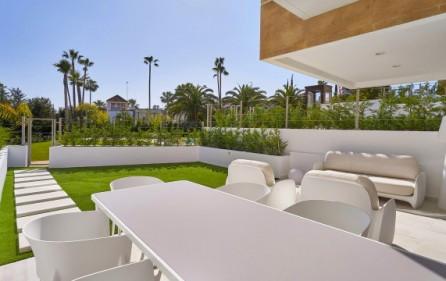 Terrass med trädgård