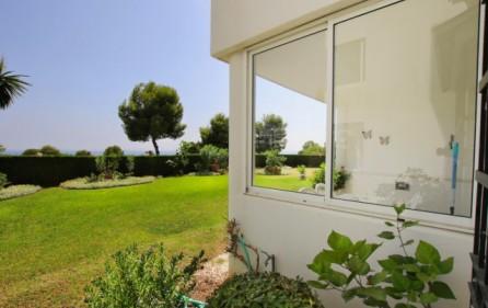 Utsikt mot havet från terrass och trädgård