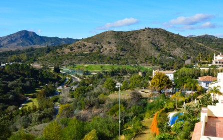 Utsikt mot berg och Los Arqueros Golf