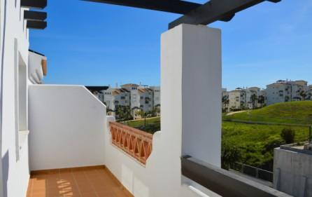 Utsikt mot grönområde från terrassen