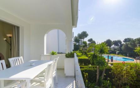 Terrass mot trädgård och poolområde