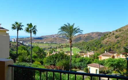 Utsikt mot hav och golf från främre del av terrassen